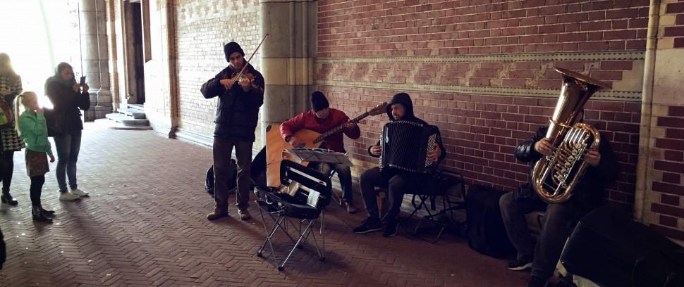 Verborgen in het centrum:  Muzikanten onder het Rijks